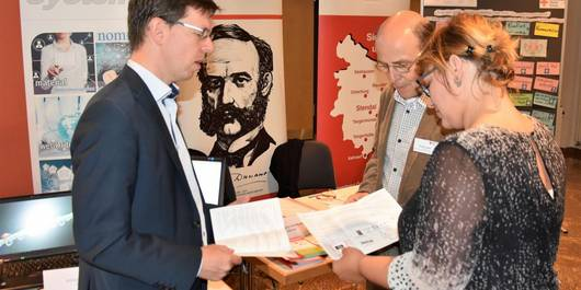 Hagen Woecht (Innocon) im Gespräch mit Thomas Legde und Ulrike Walkowiak von der DRK (Foto: Björn Gäde)