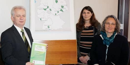 Landrat Carsten Wulfänger sowie Kathrin Scheinert und Sibylle Paetow von der regionalen Entwicklungsagentur.