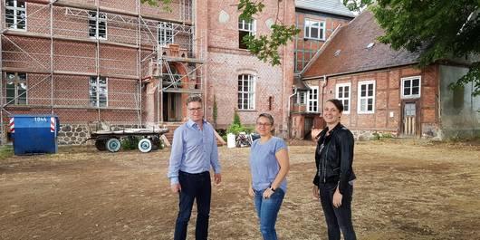Aktuell Olaf Stehwien, Sibylle Paetow und Franziska Hintze vor dem Gutshaus Wittenmorr. Hier entstehen Büroräume