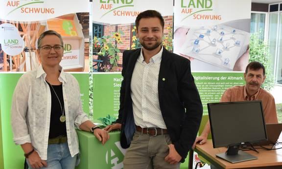 Sibylle Paetow sowie David Lenard und Edgar Kraul vom Kulturraum Altmark e.V. auf dem AltmarkMacherFestival (Foto: Björn Gäde)